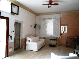 Antica casa in pietra con terrazza e pergolato