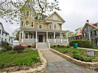 Meticulously Renovated Victorian Sleeps 25 126045