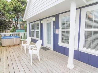 1930s Charm Two Blocks from the Beach with Separate Living Area, Hot Tub!, Lincoln City