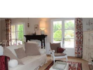 Villa provencale avec piscine privee et grand jardin clos au pied des Alpilles.