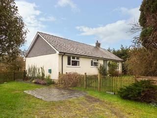 DOLAU modern bungalow, woodburner, WiFi, ideal for walks and cycling in