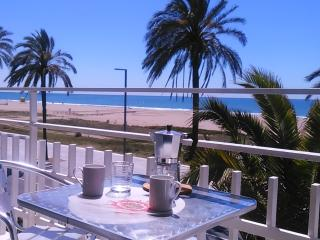 BeachFront Apt.5 with balcony + view by Barcelona, Castelldefels