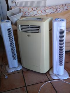 2 ventilateurs puissants et 1 climatiseur mobile avec sortie sur l'extérieur dans le séjour