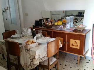 La nostra cucina attrezzata con pentole e utensili.