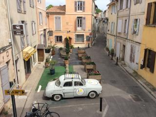 Independent bedroom for 2, Private bathroom, with independent entrance, Arles