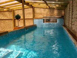 Swimming pool, hot tub, pool table sleeps 20