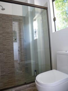 Há dois banheiros quase iguais na casa, um na suite e outro no mesanino.