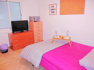 Cozy apt. near BEACH & BCN center, Barcelona