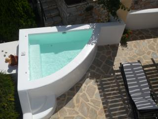 Spacious, Comfortable Studio with Outdoor Jaccuzzi, Naxos Town