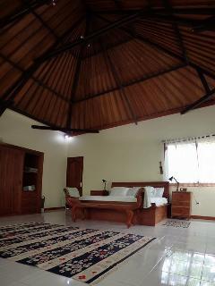 Bedroom, high ceiling