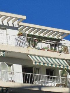Balcon bordant l'appartement avec possibilité d'y prendre ses repas