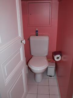 Cabinet de toilettes séparé.
