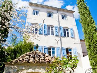 Frans herenhuis met majestueuze veranda en zwembad