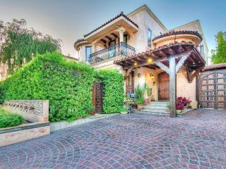 #53 Sunny Tuscan Villa by the Grove, Los Ángeles