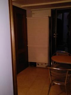 il piccolo angolo di cottura tra la porta del cortiletto e quella del bagno