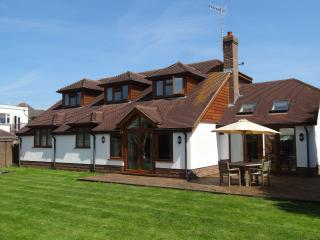 Spacious family cottage 30 meters from the beach, East Preston