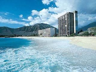 BEACHFRONT PANORAMIC OCEAN/MTN VIEWS CORNER CONDO, Makaha