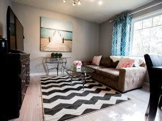 Fabulous House Close to DT & Airport (Sleeps 15), Calgary