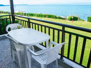 Beachfront holiday apartment in Halkidiki-DICHTI 1