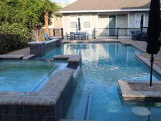 8 Br Luxurious House with Fantasy Pool sleeps 34, Miramar Beach