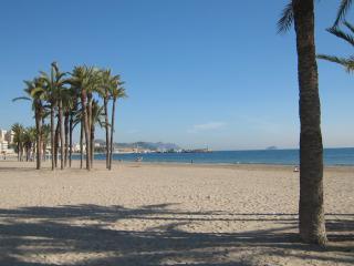 Casa en playa. A cinco minutos a pie de dos playas.Tranquila y en zona tipica.