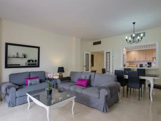 OFFERS, PUERTO BANUS, BEACH SEA FRONT, SUN ALL DAY, FREE WIFI and PARKING