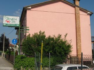 "Magic pink house ""la vie en rose"" on main road, Col San Martino"