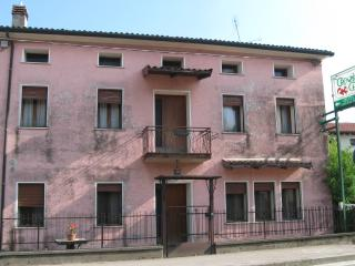 Magic pink house 'la vie en rose' along main wine road