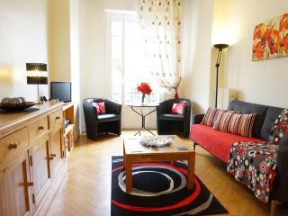 Old style Parquet floor, solid wood furniture and vibrant furnishings give a cosy homely atmosphere