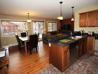 Kicking Horse Aspens 2 Bedroom Condo with Private Hot Tub!, Golden