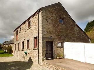 KINGFISHER BARN, woodburner, WiFi, private patio, pet-friendly, nr East Taphouse, Ref 936616, Two Waters Foot