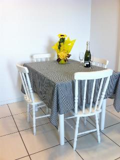 Mesa de jantar junto a sala de estar