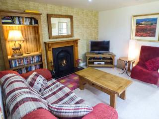 CASTLE VIEW, pet friendly, character holiday cottage, with a garden in Helmsley, Ref 2779