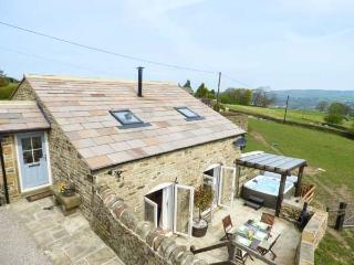 THE CROFT, stone-built, Juliet balcony, hot tub, parking, garden, in Haworth, Re