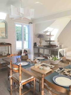 La salle à manger peut être configurée pour acceuillir de 10 à 16 convives