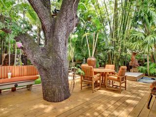 Only 1 Block to Famous Las Olas Blvd!  Resort-Like Backyard with Hot Tub!