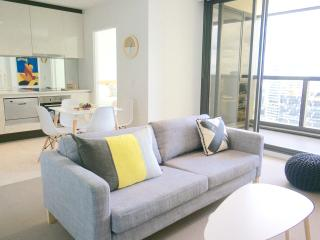 Sky High 2bed 2 bath apartment CBD +parking*