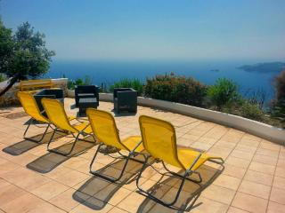 Foto terrazza con sdraio e divanetti in rattan