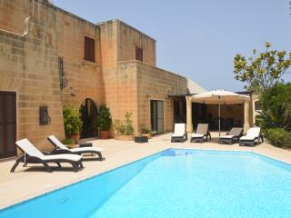 LUXURY VILLA WITH LARGE GARDEN AND SWIMMING POOL, Madliena