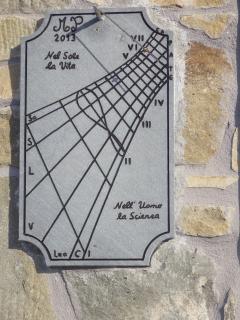 Particolari: la meridiana sul balcone