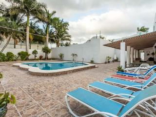 Casa Jen - Large 5BR House, One Block To Ocean, Huge Pool, Cozumel
