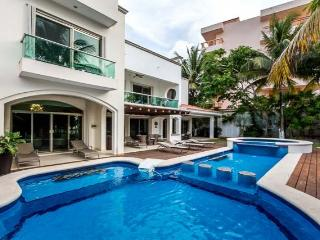 Casa Santa Pilar - Beachfront, Amazing Pool/Jacuzzi, Pool Table, Cozumel