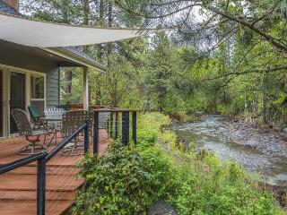 Modern, riverfront home w/ entertainment in a quiet, charming community, Sisters