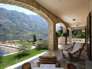 Nice villa 4 bedrooms , heated poll Kotor Bay, Prcanj