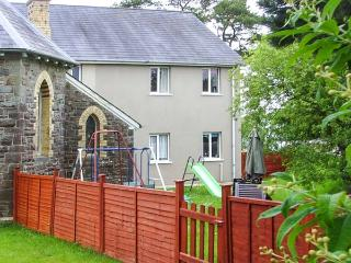 LLYGAD Y DYFFRYN LOWER, enclosed shared garden, ground floor apartment, WiFi, nr Llandysul, Ref 926896