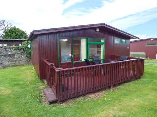 CHALET 18, charming wooden chalet on holiday park, parking, patio, in Liskeard