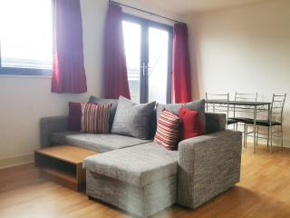 Town Centre, 2Bed, 2Bath, Sleeps 6, Wifi, Parking, Swindon