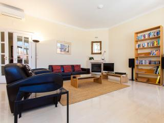 CHIADO – FANTASTIC VIEW OF CASTE AND OLD TOWN – LUXURY WITH LIFT, AC, WIFI