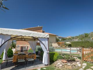 Villa walking distance from the village of Iano. Sleeps 8 pax, A/C, Wi-Fi & pool