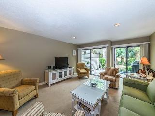 Greens 170, 2 Bedrooms, Large Pool, Walk to the Beach, Sleeps 6, Hilton Head